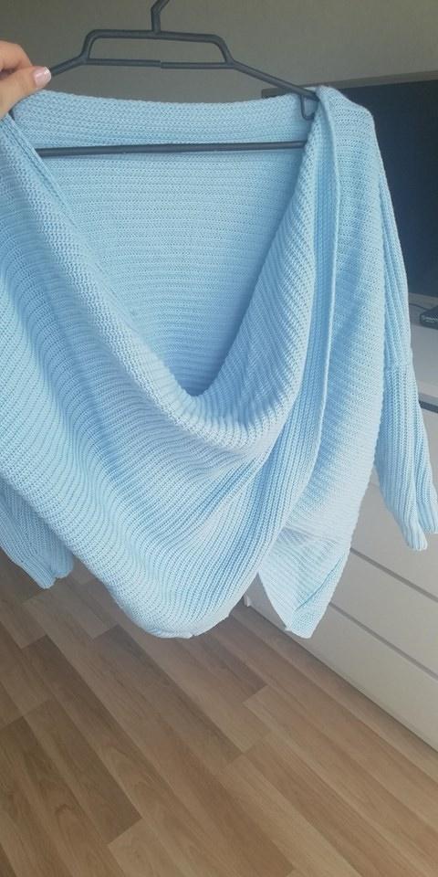 Niebieski sweterek z okrytymi plecami