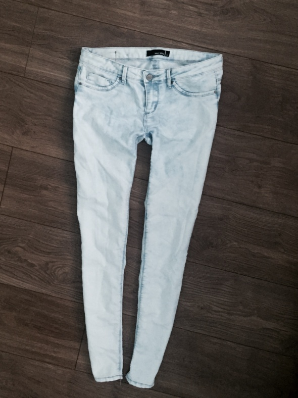 Jasne jeansy slim tally biodrówki...