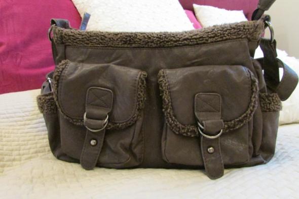 Brązowa torebka listonoszka na długim pasku...
