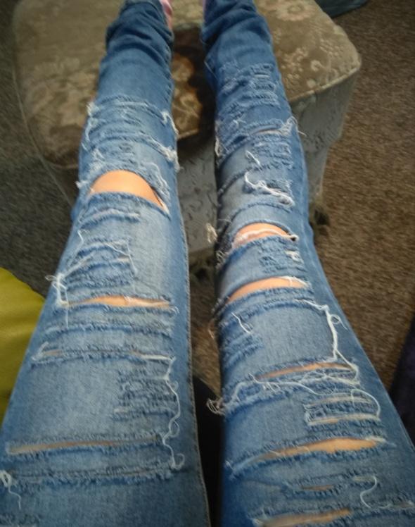 Spodnie damskie z dziurami