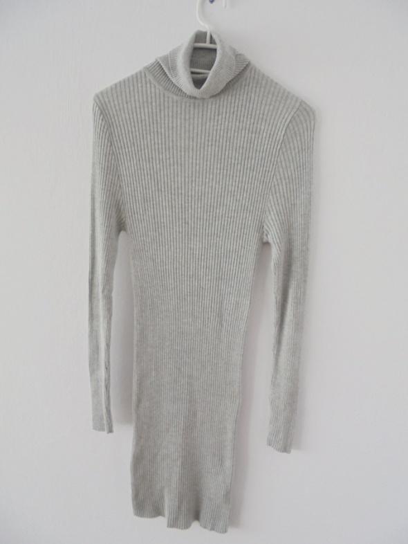 szara sukienka golfik prążki