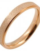 Nowy pierścionek obrączka różowe złoto złoty kolor tekstura lśniący