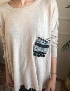 Bezowy sweter z guzikami na plecach