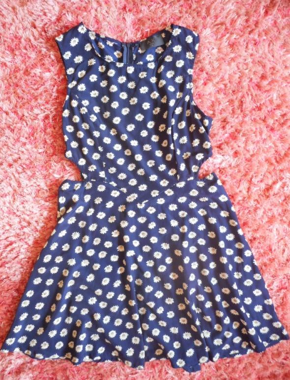 Sukienka w kwiatki z wycięciami...