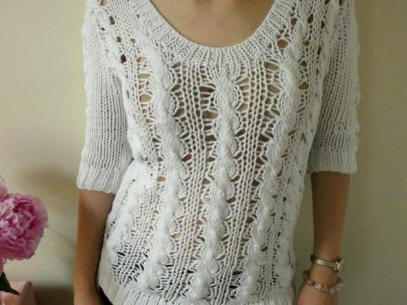 Pleciony biały sweter warkocz