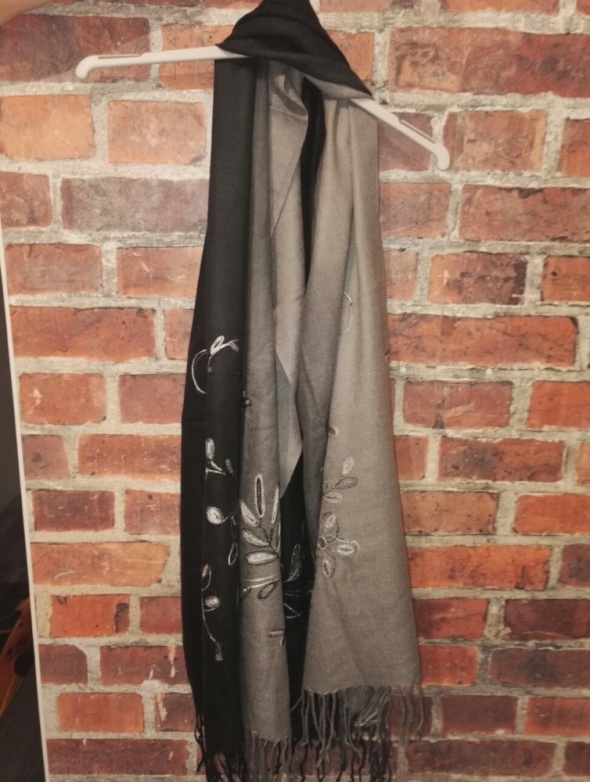 Szaro czarny szalik z wzorem...