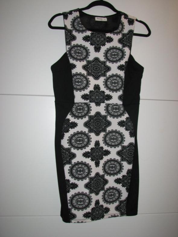 Sukienka wyszczuplająca ornament dzianina ołówkowa r 40