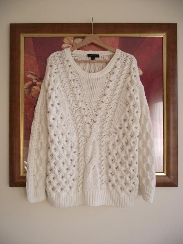 Śmietankowy sweter wykonany grubym splotem zdobiony perełkami Atmosphere rozm L