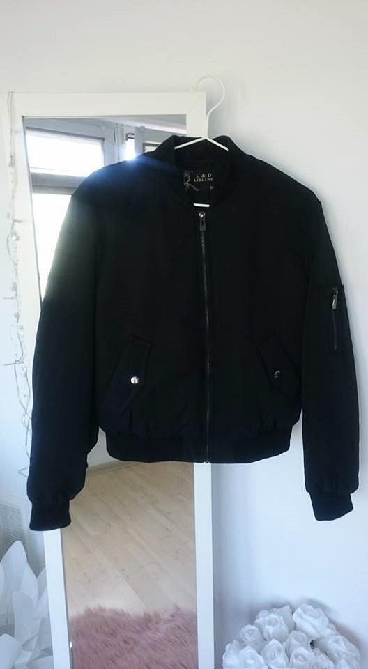 Czarna kurtka bomberka