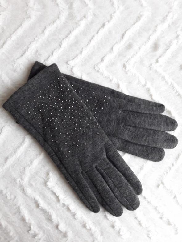Ocieplane rękawiczki z ozdobną aplikacją