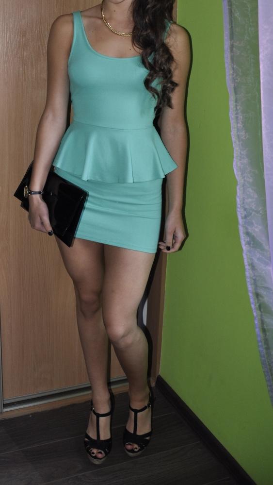 Sukienka z baskinką BERSHKA M