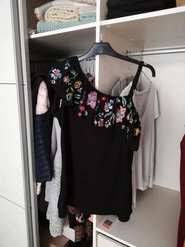 NOWA c&a bluzka na jedno ramię z kwiatowym haftem...
