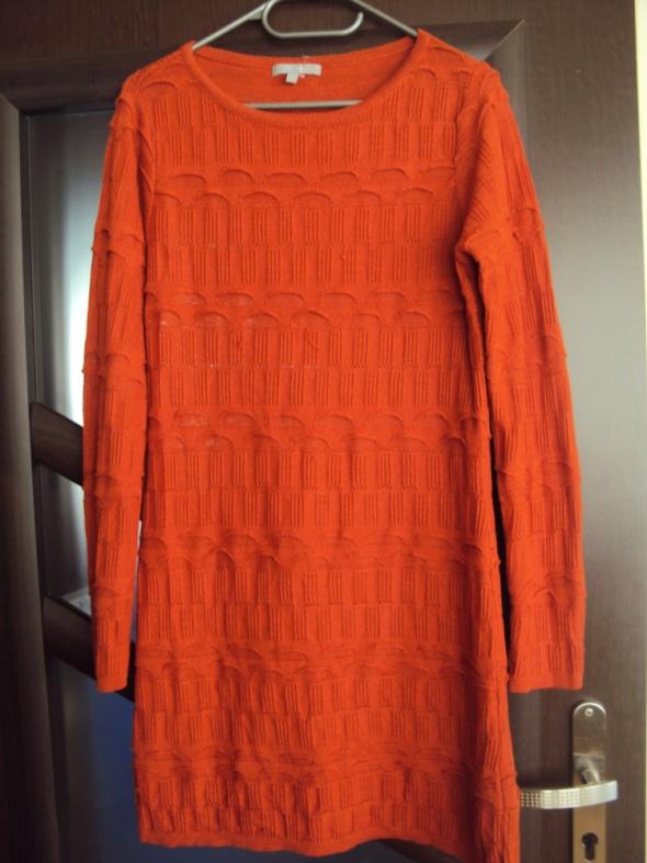 Ruda dzianinowa sukienka ze wzorem