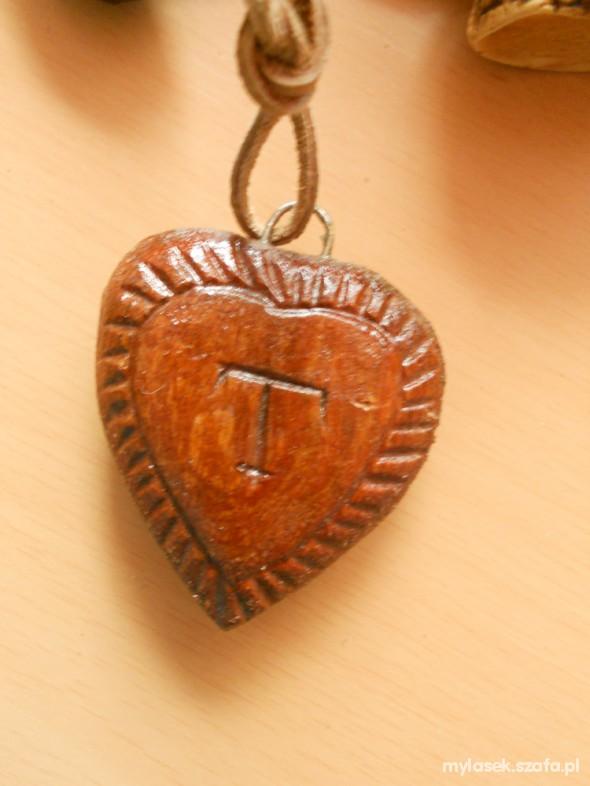 Drewniany wisiorek serce z literką T