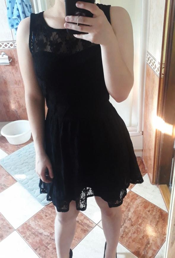 Czarna koronkowa sukienka Pimkie rozkloszowana koronka mała cza...