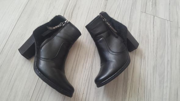Czarne botki z futerkiem ccc ozdobne zamki