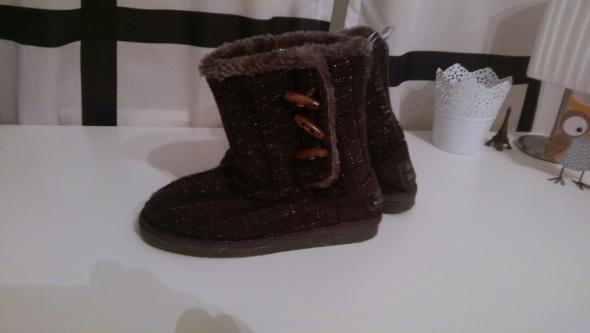 Szare buty emu z ozdobnymi guzikami...
