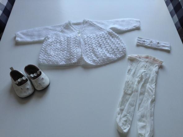 biały sweterek buciki rajstopki opaska