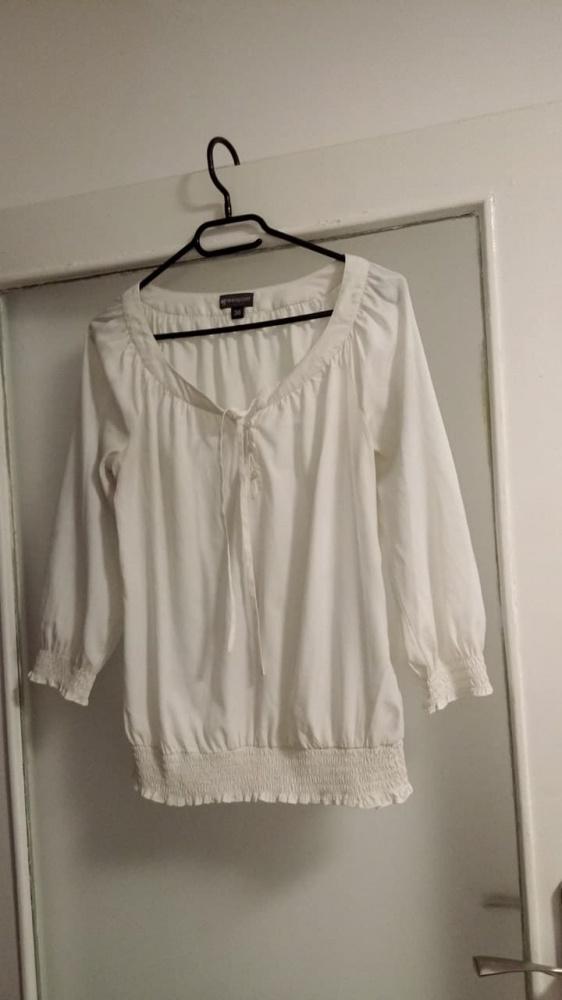 Biała bluzka ze sciagaczem...