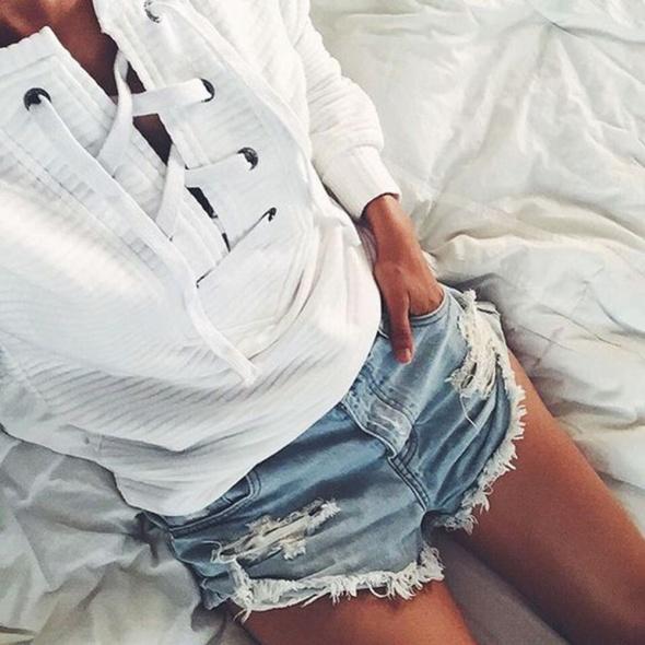 sznurowana bluza biała prążki