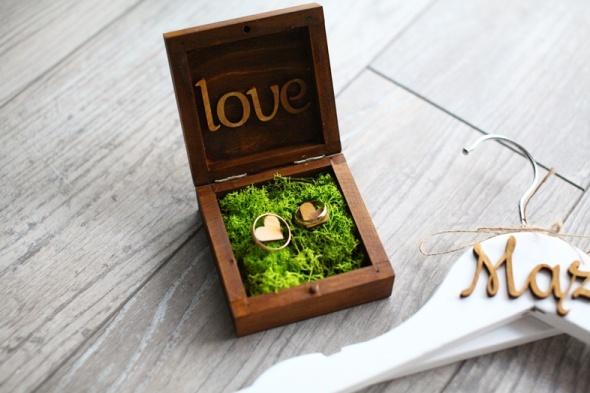 Drewniane pudełko na obrączki z mchem oraz wieszaki Mąż Żona