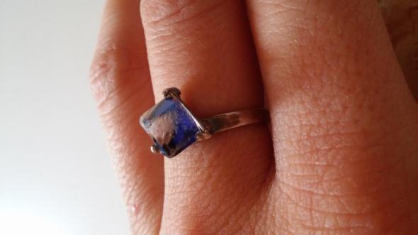 Srebrny pierścionek z niebieskim kamieniem