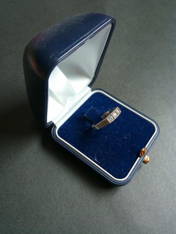 Srebrny pierścionek z trzema cyrkoniami