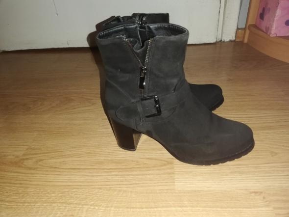 Idealne czarne botki na obcasie