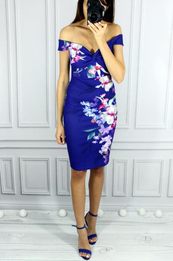 Fioletowa sukienka w kwiaty odkryte ramiona