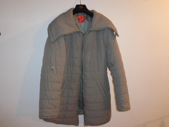 Krótki płaszcz beżowy pikowany