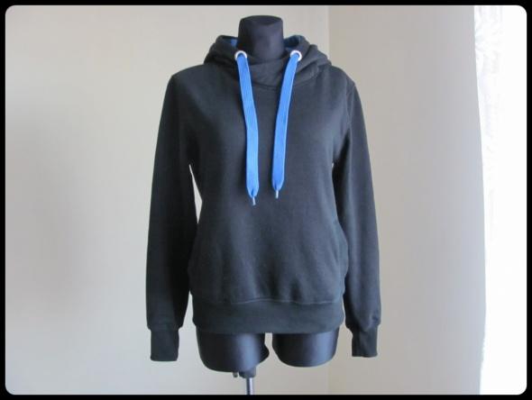 Czarna ciepła bluza z niebieskimi elementami 38 M