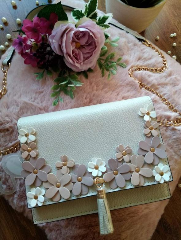 Torebki na co dzień Nowa torebka listonoszka na łańcuszku zdobiona kwiatuszkami i frędzlem