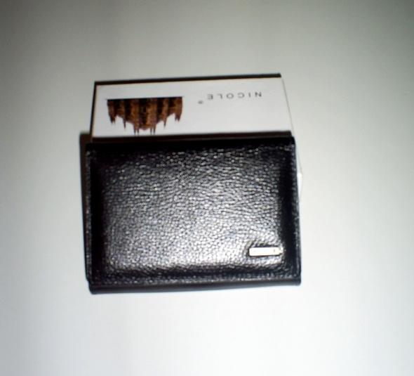 Nowy mały czarny skórzany portfel