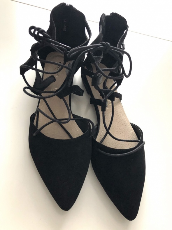 Czarne wiązane baleriny