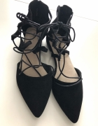 Czarne wiązane baleriny...