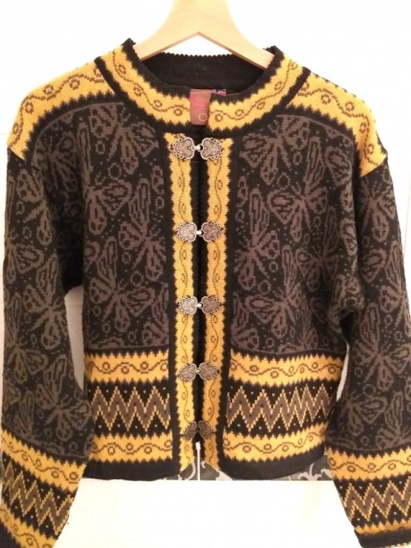 Wełniany sweter z ozdobnymi zapięciami