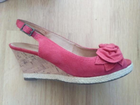 Różowe zamszowe sandały na koturnie...
