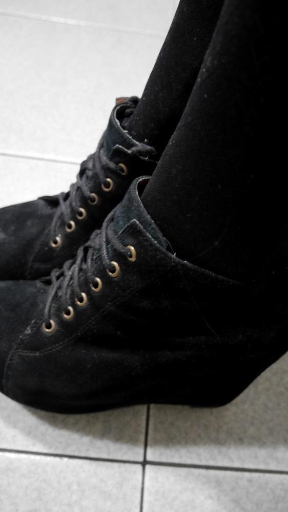 Skórzane buty czarne wiązane na koturnie...