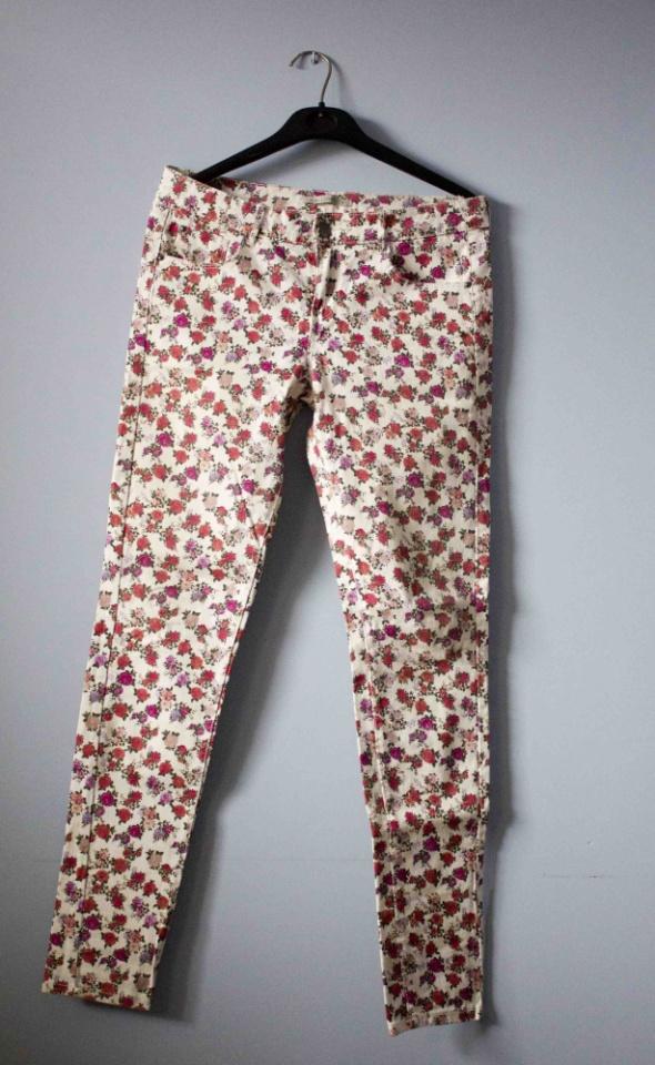Spodnie w kwiaty...
