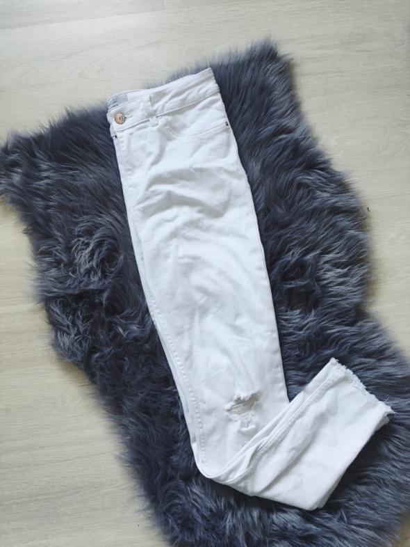 białe rurki New Look podwyższona talia dziury na kolanach strzępienia