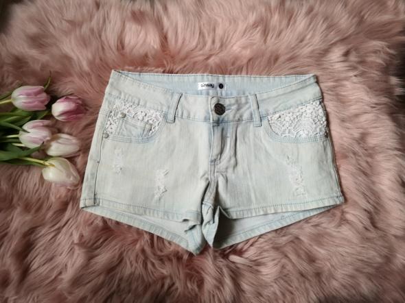 jeansowe spodenki z koronką sinsay...
