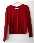 Czerwony sweter w serek...