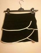 Czarna krótka spódniczka z białymi paskami...