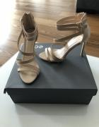 Śliczne beżowe sandały...