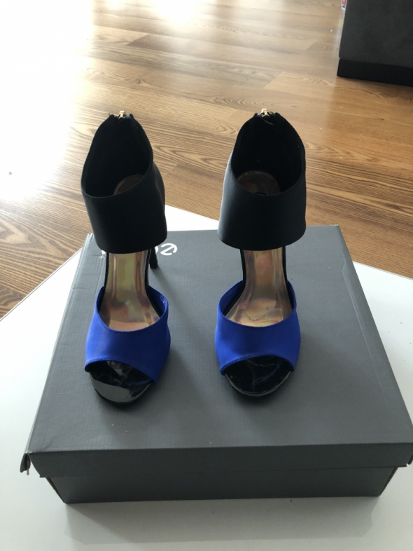Śliczne czarno kobaltowe sandały na obcasie