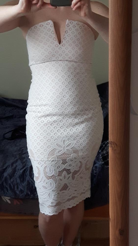 pudrowa koronkowa sukienka
