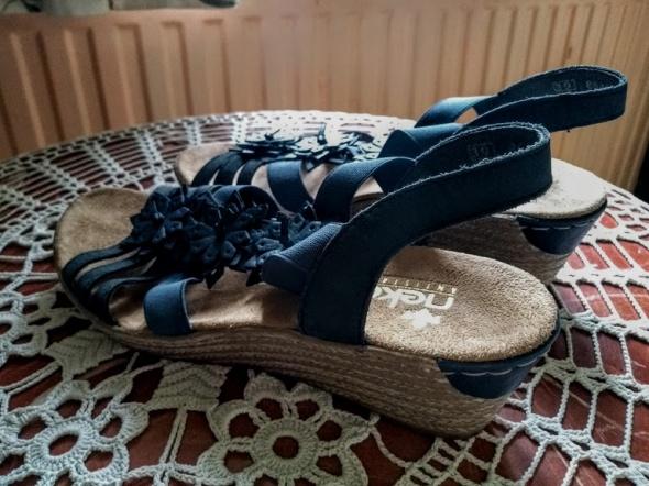 Śliczne delikatne sandały na koturnie