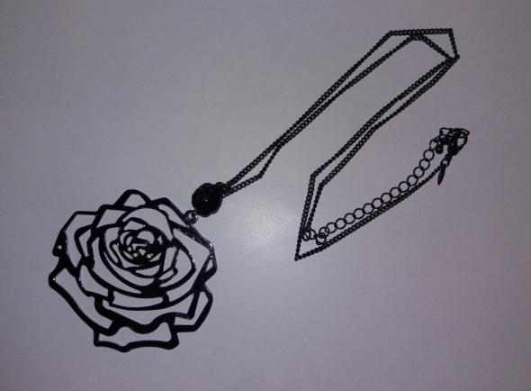 Naszyjnik w kolorze czarnym z różą i koralikiem...