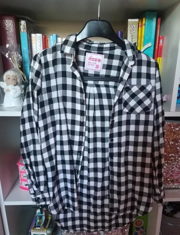 Asymetryczna koszula w biało czarną kratkę z błyszczącą nitką