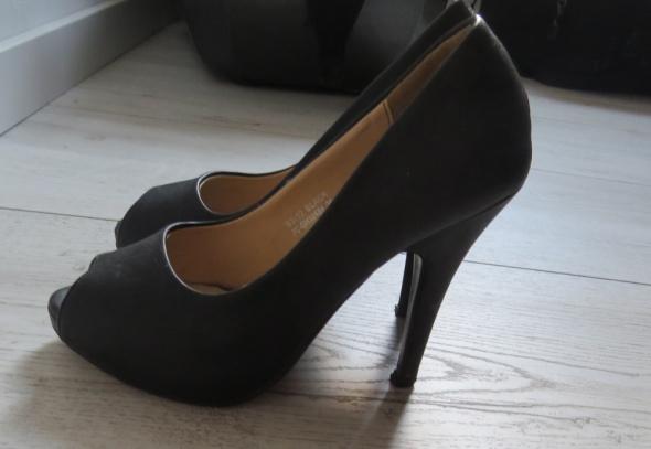 czarne buty szpilki bez palca na wysokim obcasie open toe